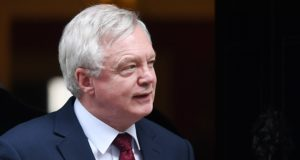David Davis távozóban egy kabinetülésről 2017. október 18-án, Londonban.  EPA/ANDY RAIN
