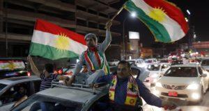 Erbíl, 2017. szeptember 28. Iraki kurdok ünnepelnek az észak-iraki kurd autonóm régió székhelyén, Erbílben 2017. szeptember 27-én, mert az iraki Kurdisztán függetlenségéről rendezett népszavazáson az önálló kurd állam létrehozása mellett voksolt a résztvevők csaknem 93 százaléka. (MTI/EPA/Mohamed Meszara)