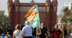 Barcelona, 2017. október 10.  Függetlenségpárti tüntető a katalán regionális parlament közelében, Barcelonában 2017. október 10-én, a parlament rendkívüli ülése napján. Carles Puigdemont katalán elnök felszólal a törvényhozás esti ülésén, amelyen napirendre kerülhet Katalónia függetlenségének kinyilvánítása is. (MTI/EPA/José Coelho)