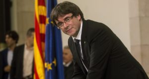 Barcelona, 2017. október 11. Carles Puigdemont katalán elnök aláírja Katalónia felfüggesztett függetlenségi nyilatkozatát a katalán parlamentben Barcelonában 2017. október 10-én. A katalán kormány október 1-jén annak ellenére rendezte meg a Spanyolországtól való elszakadásról szóló függetlenségi népszavazást, hogy a spanyol alkotmánybíróság korábban minden, erre irányuló törekvést alkotmányellenesnek nyilvánított.   (MTI/EPA/Quiqe García)