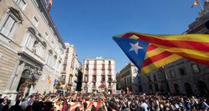 Barcelona, 2017. október 26. A katalán függetlenséget támogatók tüntetnek a kormány barcelonai hivatala előtt 2017. október 26-án. A katalán parlament délután tartja rendkívüli ülését, amelyet úgy hirdettek meg, hogy általános vita a spanyol alkotmány 155-ös cikkének alkalmazásáról és lehetséges hatásairól Katalóniában. A spanyol kormány egy nap múlva terjeszti a felsőház elé a Katalóniát érintő tervezett intézkedéseket az alkotmány 155-ös cikkére hivatkozva. Ez a passzus ad lehetőséget az államnak, hogy alkotmánysértés esetén beavatkozzon az autonóm közösségekben. (MTI/EPA/Marta Perez)
