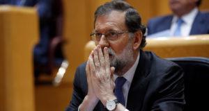 Madrid, 2017. október 27. Mariano Rajoy spanyol miniszterelnök beszédet mond a spanyol szenátus rendkívüli plenáris ülésén a madridi parlamentben 2017. október 27-én, miközben a képviselők megvitatják a Katalóniát érintő tervezett intézkedéseket az alkotmány 155-ös cikkére hivatkozva. Ez a passzus ad lehetőséget az államnak, hogy alkotmánysértés esetén beavatkozzon az autonóm közösségekben. (MTI/EPA/Chema Moya)