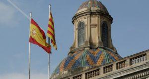 """Barcelona, 2017. október 28. A spanyol (b) és a katalán zászló leng a katalán regionális elnöki palotán Barcelonában 2017. október 28-án. Az elõzõ napon a katalán parlament megszavazta a független """"Katalán Köztársaság"""" létrehozását célzó javaslatot, ezért a spanyol kormány az alkotmány 155-ös cikkére hivatkozva feloszlatta a katalán parlamentet és december 21-re elõrehozott parlamenti választásokat ír ki Katalóniában. (MTI/EPA/Andreu Dalmau)"""