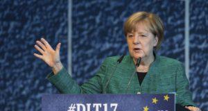 Drezda, 2017. október 7. Angela Merkel német kancellár, a Kereszténydemokrata Unió (CDU) elnöke a CDU és bajor testvérpártja, a Keresztényszociális Unió (CSU) ifjúsági szervezetének, az Ifjúsági Uniónak a drezdai kongresszusán 2017. október 7-én. (MTI/AP/DPA/Monika Skolimowska)