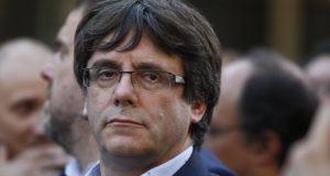 Barcelona, 2017. október 21. Carles Puigdemont katalán elnök egy tüntetésen, amelynek résztvevői két katalán függetlenségpárti vezető szabadon engedését követelik Barcelonában 2017. október 21-én. A spanyol kormány rendkívüli ülésén úgy döntött, hogy az alkotmány 155-ös cikkére hivatkozva kezdeményezi a katalán kormány feloszlatását és előrehozott parlamenti választások megrendezését. (MTI/AP/Manu Fernandez)