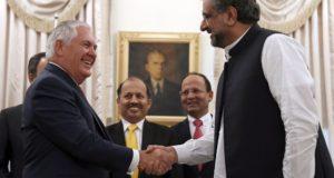 Iszlámábád, 2017. október 24. Rex Tillerson amerikai külügyminisztert (b) fogadja Sahid Hakan Abbaszi pakisztáni kormányfő az iszlámábádi miniszterelnöki rezidencián 2017. október 24-én. (MTI/AP pool/Alex Brandon)