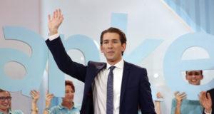 Bécs, 2017. október 16. Az osztrák parlamenti választások győztese, Sebastian Kurz osztrák külügyminiszter, az Osztrák Néppárt (ÖVP) elnöke Bécsben 2017. október 15-én este. Az előzetes végeredmény szerint a konzervatív ÖVP a szavazatok 31,6 százalékát szerezte meg,az Osztrák Szociáldemokrata Párt (SPÖ) 26,9 százalékos és az Osztrák Szabadságpárt (FPÖ) 26,3 százalékos voksarányával szemben. (MTI/EPA/Florian Wieser)