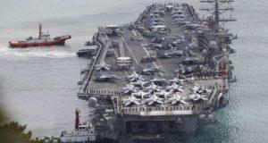 Az amerikai haditengerészet Nimitz-osztályú repülőgéphordozója, a USS Ronald Reagan megérkezik a dél-koreai Busan kikötőjébe 2017. október 21-én.  EPA/JEON HEON-KYUN