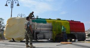Rakka, 2017. október 23. A kurd és arab milíciák alkotta Szíriai Demokratikus Erők (SDF) nevű szíriai ellenzéki ernyőszervezet harcosai a kurd nemzeti színekre festenek egy tartályautót Rakkában 2017. október 23-án. Az észak-szíriai várost az előző nap szabadították fel az SDF harcosai az Iszlám Állam dzsihadista terrorszervezet uralm alól. (MTI/EPA/Juszef Rabih Juszef)