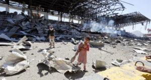 Szanaa, 2017. november 5. Faanyagot gyűjt egy jemeni kislány egy állítólagos szaúdi légicsapásban megsemmisült épület maradványai közt a jemeni fővárosban, Szanaában 2017. november 5-én. Az előző napon Szaúd-Arábia egy Jemenből kilőtt ballisztikus rakétát semmisített meg Rijádtól északkeletre. (MTI/EPA/Jahja Arhab)