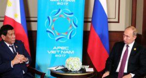 Danang, 2017. november 10. Rodrigo Duterte Fülöp-szigeteki elnök (b) és Vlagyimir Putyin orosz államfő az Ázsiai és Csendes-óceáni Gazdasági Együttműködés (APEC) szervezete 25. csúcstalálkozója mentén tartott kétoldalú tanácskozásukon a vietnami Danangban 2017. november 10-én. (MTI/EPA/Szputnyik/Kreml/pool/Mihail Klimenyev)
