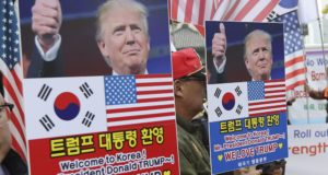 Szöul, 2017. november 3. Donald Trump amerikai elnök közelgõ látogatása mellett tüntetnek a szöuli amerikai nagykövetség közelében 2017. november 3-án. Donald Trump ezen a napon kezdi meg elsõ hivatalos ázsiai körútját, a kilenc nap során felkeresi Japánt, Dél-Koreát, Kínát, Vietnamot és a Fülöp-szigeteket. (MTI/AP pool/Li Dzsin Man)