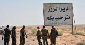 Deir-ez-Zór, 2017. november 3. A SANA szíriai állami hírügynökség által 2017. november 3-án közreadott felvétel a szíriai kormányerők tagjairól Deir-ez-Zór város határában szeptember 3-án. A szíriai állami média 2017. november 3-án megerősítette, hogy a kormányerők visszafoglalták az Iszlám Állam (IÁ) terrorszervezettől Deir-ez-Zór várost, tartományi központot. A médiajelentések szerint a hadsereg már az egész várost az ellenőrzése alatt tartja. (MTI/AP/SANA)