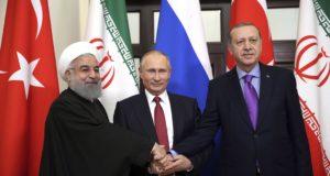 Szocsi, 2017. november 22. Vlagyimir Putyin orosz elnök (k) fogadja Haszan Róháni iráni (b) és Recep Tayyip Erdogan török hivatali partnerét Szocsiban 2017. november 22-én. A felek a szíriai rendezésről egyeztetnek. (MTI/AP pool/Kayhan Özer)