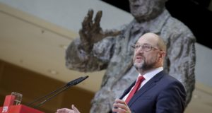 Berlin, 2017. november 24. Martin Schulz, a német Szociáldemokrata Párt, az SPD elnöke sajtóértekezletet tart pártja berlini székházában 2017. november 24-én. Schulz bejelentette, hogy az SPD hajlandó tárgyalni a megrekedt kormányalakítási folyamat előmozdításáról. (MTI/AP/DPA/Kay Nietfeld)