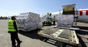 Munkások 1,9 milió vakcinát tartalmazó egészségügyi segélycsomagot pakolnak ki a szanaai nemzetközi repülőtéren, 2017. november 25-én.  EPA/YAHYA ARHAB