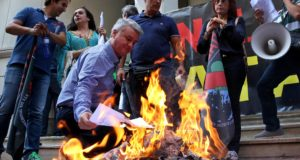 epa06247965 Medical personnel burn their degrees as a symbolic act to oppose the Greek government's reforms and austerity measures in the public health sector, outside the Greek Health Ministry, in Athens, Greece, 06 October 2017.  EPA/ORESTIS PANAGIOTOU