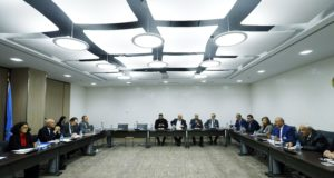 Genf, 2017. december 1. Az ellenzéki Szíriai Nemzeti Tanács (SNC) képviselői (k) a damaszkuszi kormány és szíriai ellenzék közötti béketárgyalások újabb fordulóján a világszervezet genfi székházában 2017. december 1-jén. Balról a második Ramzy Ezzeldin Ramzy, az ENSZ szíriai különmegbízottjának, Staffan de Misturának a helyettese. (MTI/EPA/Denis Balibouse)