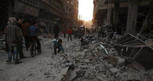 Hamoria, 2017. december 4. A pusztítás nyomait nézik emberek a szíriai fõváros, Damaszkusz Hamoria nevû külvárosában 2017. december 3-án, a szíriai kormánnyal szövetséges erõk újabb légicsapása után. A bombázásban legkevesebb 17 ember életét vesztette. (MTI/EPA/Mohamed Badra)