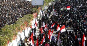 Szanaa, 2017. december 5. A jemeni síita húszi lázadók férfi (b) és női támogatói megmozdulást tartanak a fővárosban, Szanaában 2017. december 5-én, Ali Abdullah Száleh volt jemeni elnök meggyilkolásának másnapján. Az Irán támogatását élvező húszi lázadók ezen a napon a volt elnök unokaöccsével, Tárik Mohammed Abdullah Száleh parancsnokkal is végeztek. Szanaában a rendkívül rossz biztonsági helyzetre tekintettel több nemzetközi segélyszervezet felfüggesztette tevékenységét. (MTI/EPA/Jahja Arhab)