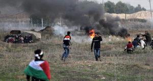Gáza, 2017. december 11. Palesztin férfiak az izraeli határkerítésnél az izraeli erőkkel vívott összecsapások idején Gázától keletre 2017. december 10-én, négy nappal az után, hogy Donald Trump amerikai elnök bejelentette: az Egyesült Államok Tel-Aviv helyett Jeruzsálemet tekinti Izrael fővárosának. Iszmáil Haníje, a Gázai övezetet uraló Hamász iszlamista palesztin szervezet politikai vezetője palesztin felkelést hirdetett. (MTI/EPA/Mohamed Szaber)