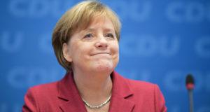 Berlin, 2017. december 11. Angela Merkel német kancellár a kormányzó Kereszténydemokrata Unió (CDU) vezetőségi ülésén Berlinben 2017. december 11-én. A Német Szociáldemokrata Párt (SPD) kongresszusa négy nappal korábban engedélyt adott az SDP vezetőinek a kormányalakítás lehetőségeiről szóló tárgyalások megkezdésére a CDU és bajor testvérpártja, a Keresztényszociális Unió (CSU) szövetségével. (MTI/EPA/Clemens Bilan)