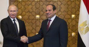 Kairó, 2017. december 11. Abdel-Fattáh esz-Szíszi egyiptomi államfõ (j) fogadja Vlagyimir Putyin orosz elnököt a szíriai rendezésrõl tartandó megbeszélésük kezdetén Kairóban 2017. december 11-én. Putyin ezen a napon elrendelte az orosz csapatok Szíriából történõ visszavonásának megkezdését a szíriai Hmejmímnél mûködõ orosz légitámaszponton tett villámlátogatásán. (MTI/EPA/AP pool/Alekszandr Zemlianicsenko)