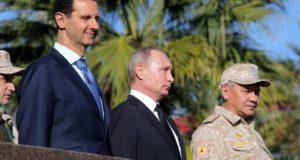Bassár el-Aszad szíriai elnök, Vlagyimir Putyin orosz államfő és Szergej Sojgu orosz védelmi miniszter (b-j) a szíriai Hmejmímnél működõ orosz légitámaszponton 2017. december 11-én. Putyin a bázison tett villámlátogatásán elrendelte az orosz csapatok Szíriából történõ visszavonásának megkezdését. (MTI/EPA/Szputnyik/Kreml pool/Mihail Klimentyev)