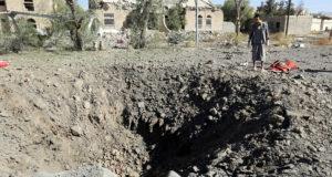 Szanaa, 2017. december 13. Bombatölcsért néz egy jemeni férfi a húszi lázadók ellenőrzése alatt álló főváros, Szanaa keleti részében levő katonai rendőrség fogolytáborában 2017. december 13-án, miután a szaúdi vezetésű arab katonai koalíció légicsapást mért a mintegy 180 rabot fogva tartó táborra. A támadásban legkevesebb harminckilencen életüket vesztették, kilencvenen megsebesültek. (MTI/EPA/Jahja Arhab)