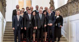 Prága, 2017. december 13. Andrej Babis cseh miniszterelnök (b2) és Milos Zeman államfő (j2) csoportkép készítésén vesz részt a Babis vezette új cseh kormány tagjaival kinevezésük után Prágában 2017. december 13-án. (MTI/EPA/Martin Divisek)
