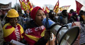 Róma, 2017. december 16. Afrikai bevándorlók jogokat, tartózkodási engedélyt és anyagi segítséget követelnek maguknak az olasz államtól a Róma belvárosában tartott tüntetésen 2017. december 16-án. A migrációpárti megmozduláson mintegy húszezren vettek részt a Határok nélküli jogok szervezet felhívására. (MTI/EPA/Massimo Percossi)