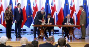 Varsó, 2017. december 21. Antoni Macierewicz lengyel (j2) és Gavin Williamson brit védelmi miniszter (j3) Mateusz Morawiecki lengyel (b2) és Theresa May brit miniszterelnök (b) jelenlétében aláírja a Nagy-Britannia és Lengyelország védelmi és a biztonságpolitikai együttmûködésérõl kötött megállapodást Varsóban 2017. december 21-én. (MTI/EPA/Rafal Guz)