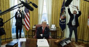 Washington, 2017. december 22. Donald Trump amerikai elnök nyilatkozik a sajtó képviselőinek, miután aláírta az adóreformról szóló törvényt a washingtoni Fehér Ház Ovális irodájában 2017. december 22-én. Ez az elmúlt 30 év legnagyobb adócsökkentését előirányzó törvény, amelynek legfontosabb eleme a vállalati nyereségadó mérséklése 35 százalékról 21 százalékra. (MTI/AP/Evan Vucci)