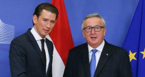 Brüsszel, 2017. december 19. Jean-Claude Juncker, az Európai Bizottság elnöke (j) fogadja a kormányfői minőségében első brüsszeli látogatását tevő Sebastian Kurz új osztrák kancellárt a bizottság székházában 2017. december 19-én. A 31 éves Kurzot az előző napon nevezték ki a tisztségre. (MTI/EPA/Stephanie Lecocq)