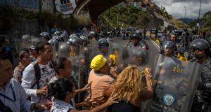 Tüntetők és rendőrök Caracasban 2017. december 28-án.  Folytatódtak a tiltakozások az élelmiszer, a háztartási gáz és a vezetékes víz hiánya miatt Venezuelában. (MTI/EPA/Miguel Gutiérrez)