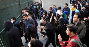 Teherán, 2017. december 30. A növekvő árak miatt tiltakozó diákok az iráni kormány ellen tüntetnek a Teheráni Egyetemnél 2017. december 30-án, néhány órával az után, hogy kormánypárti tüntetők fejezték ki támogatásukat Irán vezetése iránt. Az ázsiai ország több városában napok óta tartanak az utcai megmozdulások a rossz gazdasági helyzet miatt. (MTI/EPA)