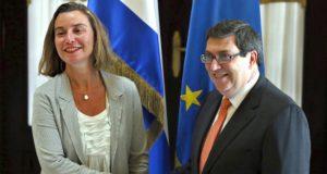 Havanna, 2018. január 4. Bruno Rodríguez kubai külügyminiszter (j) fogadja a hivatalos látogatáson Kubában tartózkodó Federica Mogherinit, az Európai Unió kül- és biztonságpolitikai fõképviselõjét Havannában 2018. január 4-én. (MTI/EPA pool/Alejandro Ernesto)