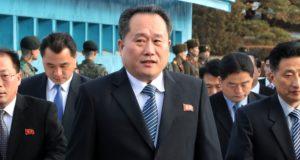 Panmindzson, 2018. január 9. Li Szon Gvon, az észak-koreai delegáció vezetõje (k) érkezik a februári dél-koreai téli olimpián való észak-koreai részvételrõl tartott tárgyalásra a két Koreát elválasztó panmindzsoni demilitarizált övezet dél-koreai oldalán levõ Béke Házába 2018. január 9-én. Phenjan megállapodott a dél-koreai küldöttséggel, hogy sportolókat, magas rangú tisztviselõket és szurkolókat küld a téli olimpiára. A megbeszélés több mint két éve az elsõ hivatalos találkozó a két ország között. (MTI/EPA pool/Korea)