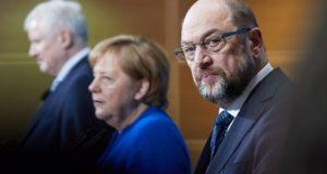 Berlin, 2018. január 12. Horst Seehofer bajor tartományi miniszterelnök, a Keresztényszociális Unió (CSU) elnöke, Angela Merkel német kancellár, a Kereszténydemokrata Unió (CDU) elnöke és Martin Schulz, a Német Szociáldemokrata Párt (SPD) elnöke (b-j) sajtótájékoztatót tart a nagykoalícióról folytatott előzetes egyeztetések végén Berlinben 2018. január 12-én. A vezetők bejelentették, hogy javasolják a pártjuk illetékes testületeinek a hivatalos koalíciós tárgyalások megkezdését a legutóbbi választások után megalakítandó új kormány létrehozása céljából. (MTI/EPA/Hayoung Jeon)