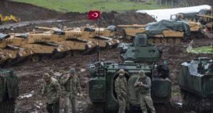 Hatay, 2018. január 23. Török katonák és a hadsereg páncélozott harci járművei a Törökország déli részén elterülő, Szíriával határos Hatay tartományban 2018. január 23-án. Törökország három napja offenzívát indított Afrín körzetében a Szíriai Demokratikus Erők (SDF) nevű katonai koalíció és a benne részt vevő Népvédelmi Egységek (YPG) nevű kurd milícia ellen. Utóbbit Ankara a törökországi kurd szakadár Kurdisztáni Munkáspárttal (PKK) szövetséges terrorszervezetnek tartja. A török szárazföldi csapatok oldalán harcolnak az Ankarával szövetséges mérsékelt ellenzéki Szabad Szíriai Hadsereg (SZSZH) fegyveresei is. (MTI/EPA/Sedat Suna)