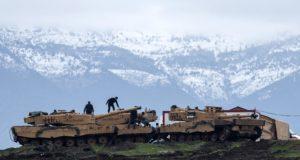 Hatay tartomány, 2018. január 24. Török tüzérek harckocsikkal állomásoznak a Szíriával határos dél-törökországi Hatay tartományban 2018. január 24-én. (MTI/EPA/Sedat Suna)