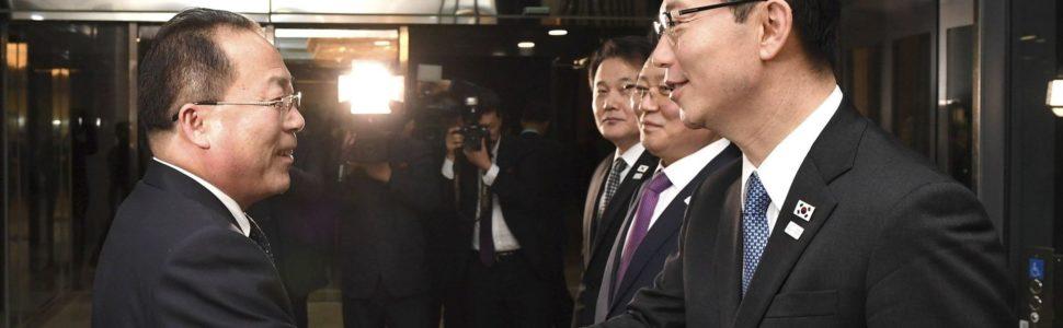 Panmindzson, 2018. január 17. A dél-koreai egyesítési minisztérium által közreadott képen Csun He Szung dél-koreai egyesítési miniszter-helyettes (j) és Dzson Dzsong Szu, az észak-koreai delegáció vezetõje kezet fog a februári dél-koreai téli olimpián való észak-koreai részvételrõl tartott tárgyalás következõ fordulója után a két Koreát elválasztó panmindzsoni demilitarizált övezet dél-koreai oldalán 2018. január 17-én. A felek megállapodtak abban, hogy Phenjan sportolókat, magas rangú tisztviselõket és szurkolókat küld a téli olimpiára. (MTI/AP/Dél-koreai egyesítési minisztérium)