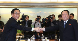 Panmindzson, 2018. január 9. Cso Mjung Gjon, országegyesítési ügyekért felelős dél-koreai miniszter (b) és Li Szon Gvon, az észak-koreai delegáció vezetője kezet fog a februári dél-koreai téli olimpián való észak-koreai részvételről tartott tárgyaláson a két Koreát elválasztó panmindzsoni demilitarizált övezet dél-koreai oldalán levő Béke Házában 2018. január 9-én. A felek megállapodtak abban, hogy Phenjan sportolókat, magas rangú tisztviselőket és szurkolókat küld a téli olimpiára. A megbeszélés több mint két éve az első hivatalos találkozó a két ország között. (MTI/EPA pool/Korea)