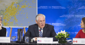 Vancouver, 2018. január 16. Kang Kjung Va dél-koreai, Rex Tillerson amerikai és Chrystia Freeland kanadai külügyminiszter (b-j) az észak-koreai válságról tartott vancouveri tanácskozáson 2018. január 16-án. (MTI/AP/The Canadian Press/Jonathan Hayward)