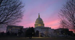 A washingtoni Capitolium a hajnali szavazás után 2018. február 9-én. EPA/SHAWN THEW