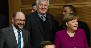 Berlin, 2018. február 2. Martin Schulz, a Német Szociáldemokrata Párt (SPD) elnöke (b), Horst Seehofer bajor tartományi miniszterelnök, a Keresztényszociális Unió (CSU) elnöke (k) és Angela Merkel német kancellár, a Kereszténydemokrata Unió (CDU) elnöke (j) koalíciós tárgyalásra érkezik Berlinben 2018. február 2-án. (MTI/EPA/Clemens Bilan)