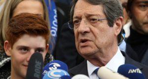 Limassol, 2018. február 4. Nikosz Anasztasziadisz ciprusi elnök nyilatkozik a sajtó képviselõinek, miután leadta szavazatát Limassolban 2018. február 4-én, a ciprusi elnökválasztás második fordulójának napján. (MTI/EPA/Katja Hrisztodulu)