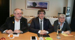A Brüsszelben tartózkodó Carles Puigdemont leváltott katalán elnök (k) a függetlenségpárti Együtt Katalóniáért (Junts per Catalunya) párt képviselőivel tárgyal a belga fővárosban 2018. február 5-én. (MTI/EPA/Stephanie Lecocq)