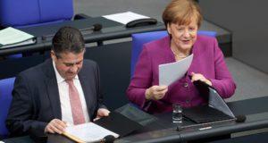 Angela Merkel német kancellár és Sigmar Gabriel külügyminiszter a kormány Európa-politikájáról a német parlamentben tartott vitán Berlinben 2018. február 22-én, az Európai Unió nem hivatalos brüsszeli csúcstalálkozója előtti napon. (MTI/EPA/Hayoung Jeon)