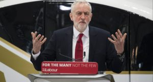 Jeremy Corbyn, az ellenzéki Munkáspárt vezére beszél az észak-angliai Coventry egyetemén 2018. február 26-án. (MTI/EPA/Will Oliver)